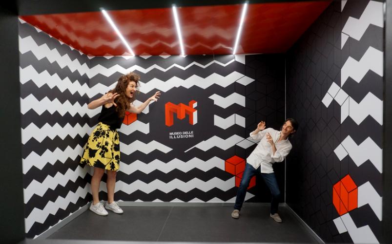 Museo delle Illusioni Milano - The draw and giant room - La stanza del nano e del gigante